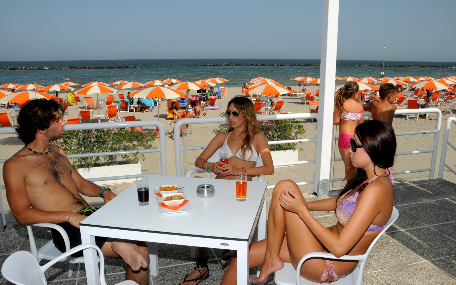 04-Aperitif-seafront-in-Italy