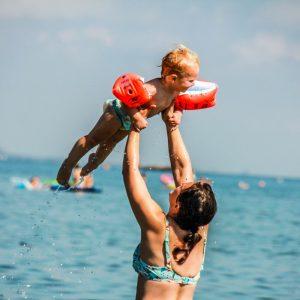 06 Spiaggia-bambino-mamma