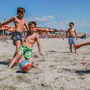 07 Spiaggia-bambini-calcio