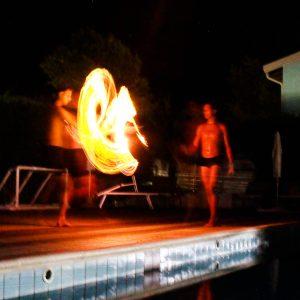 14 Animazione-fuoco-piscina-spettacolo-notturno